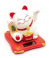 Кошка Манэки-нэко машущая лапой на на солнечной батарее