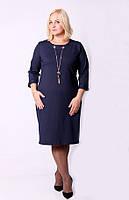 Деловое женское платье синего цвета с украшением 125