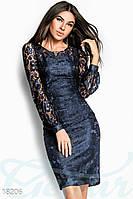 Нарядное женское платье прилегающего фасона с колье гипюр на атласной основе
