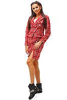 Повседневный женский костюм с приталенным жакетом и прямой короткой юбкой букле