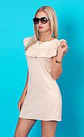 Летнее женское мини-платье пудрового цвета с коротким рукавом.