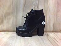 """Женские зимние  ботинки на тракторной подошве и каблуке из натуральной кожи """"Шнуровка"""" черного цвета"""
