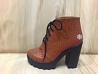 """Женские зимние ботинки на тракторной подошве и каблуке из натуральной кожи  """"Шнуровка рептилия """" коричневого цвета"""