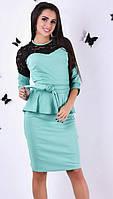 Женское платье приталенного фасона с баской и вставками гипюра рукав три четверти французский трикотаж