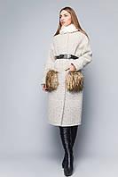 Удлиненное женское пальто полуприталенного силуэта с меховой отделкой на карманах шерсть