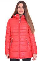 Женская зимняя куртка красного цвета на молнии.