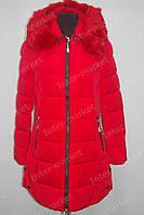 Женская зимняя куртка удлиненная  с капюшоном и мехом красная
