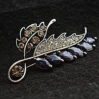 [35/60 мм] Изящная Брошь темный металл Веточка с листьями в мелких и крупных стразах и темно-фиолетовых камнях