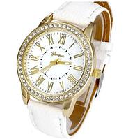 Стильные кварцевые женские часы белые