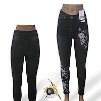 На серых джинсы с вышивкой 41