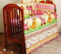 """Комплект постели в детскую кроватку из 8 предметов -""""Дино розовый"""".Балдахин вуаль цветная"""