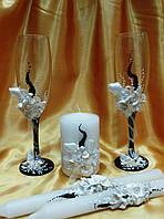 Свадебные бокалы и свечи в едином стиле.