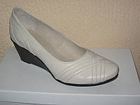 Бежевые женские кожаные туфли на танкетке