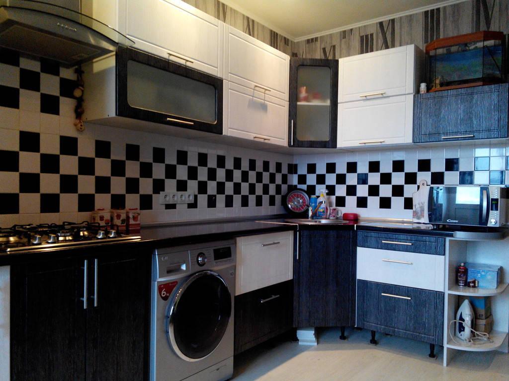 Кухня на заказ в темно светлых тонах с фасадами пленочный МДФ