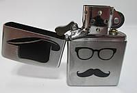 Зажигалка ZIPPO ( 28648) серебристая,матовая, с напыленным рисунком- усы, очки и шляпа