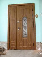 Двустворчатая входная парадная дверь с стеклопакетом и ковкой