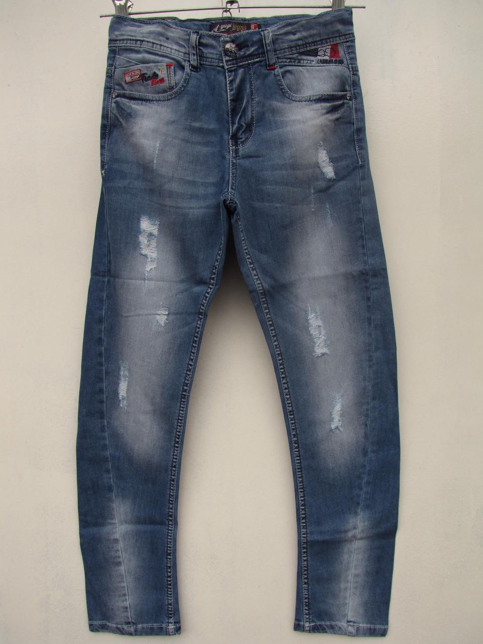 Приспустив джинсы