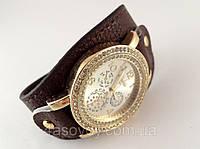 Женские часы на длинном темно коричневом ремешке, золотистые.