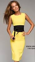 Платье футляр желтого цвета с широким черным поясом в комплекте