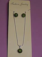 Кулон на цепочке и серьги шарики в камнях, цвет зеленый.
