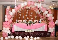 Оформление стола молодых шарами с гелием и воздухом