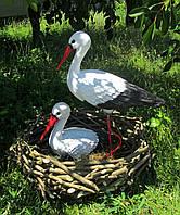 Садовые фигурки аистов в гнезде