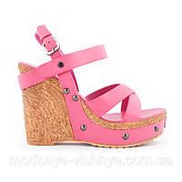 Модные розовые босоножки на высокой платформе
