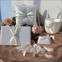 Свадебный набор аксессуаров белоснежного цвета с атласными лентами и стразами