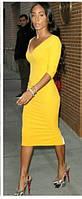 Стильное желтое трикотажное платье футляр с V образным вырезом