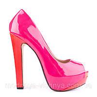 Модные розовые лакированные туфли на высоком каблуке