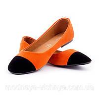 Замшевые оранжевые балетки с черным носком