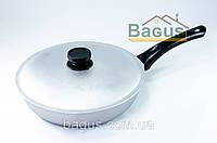 Сковорода алюминиевая 28 см с рифленым дном, бакелитовой ручкой и крышкой Биол (А281)