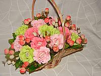 "Корзина ярких роз из конфет raffaello""Цветочный Рай""№15"