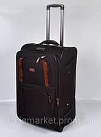 Черный чемодан среднего размера на колесах
