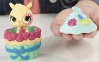 Игровой набор Littlest Pet Shop Sweetest Hide Chipmunk Хомяк и его домик пирожное