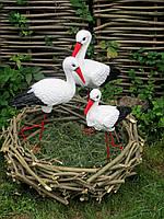 Садовые фигурки семейка аистов в гнезде