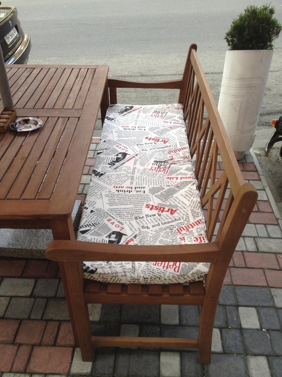 Скамья с подушками