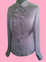Атласная женская блузка с рюшей серого цвета