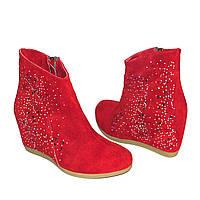 """Красные замшевые женские ботинки декорированы камнями. ТМ """"Maestro"""""""