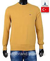 Однотонный мужской свитер желтого цвета.