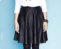 Молодежная кожаная юбка с перфорацией и цветочным узором, фасон солнце-клеш. Модель Edith Zaps