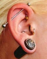 Пирсинг уши: мочки (две), хрящ,  язык, козелок, пупок, бровь, нос, щека