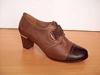 Закрытые осение туфли коричневого цвета,низкий каблук, верх стянут резинкой со стразами