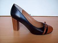 Комбинированые черного и рыжего цвета кожаные туфли, средний каблук рыжего цвета