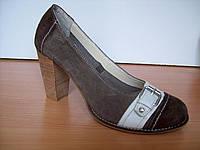 Замшевые туфли цвета капучино на высоком устойчивом каблуке украшены пряжкой