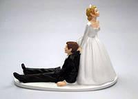 """Забавная фигурка на свадебный торт """"Невеста тянет жениха"""", оригинальные свадебные фигурки"""
