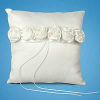 Свадебная подушечка для колец с белыми розочками