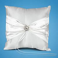 Подушечка для колец с белой атласной лентой и брошкой в камушках