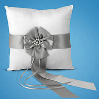 Свадебная подушечка для колец с серыми атласными лентами и бусинками