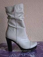 Бежевые зимние ботинки на каблуке
